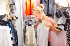 Compras hermosas de la mujer en tienda de ropa Imágenes de archivo libres de regalías