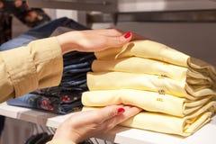 Compras hermosas de la mujer en la tienda de moda foto de archivo