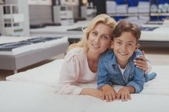 Compras hermosas de la mujer para los muebles con su pequeño hijo imagenes de archivo