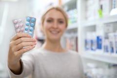 Compras hermosas de la mujer para la medicina imagen de archivo