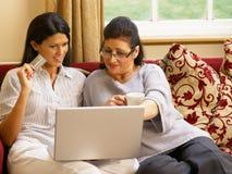 Compras hispánicas de la madre y de la hija en línea Imágenes de archivo libres de regalías