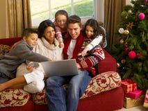 Compras hispánicas de la Navidad de la familia en línea Imagen de archivo libre de regalías
