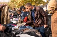 Compras iraquíes del hombre para la ropa Foto de archivo