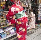 Compras japonesas de la mujer Fotos de archivo