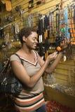 Compras jovenes de la mujer del afroamericano para la joyería Fotografía de archivo libre de regalías