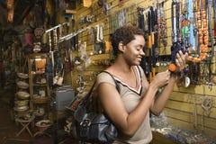 Compras jovenes de la mujer del afroamericano para la joyería Imagenes de archivo