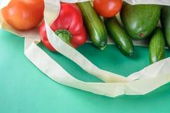 Compras libres plásticas Productos orgánicos de los granjeros imagenes de archivo