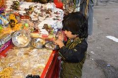 Compras lindas del niño en la capilla de Darbar de los datos Imagenes de archivo