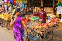 Compras locales de la mujer en el bazar de Kinari en Agra, Uttar Pradesh, adentro Fotos de archivo