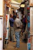 Compras locales del africano en mercado Foto de archivo libre de regalías