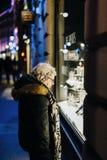 Compras mayores de la mujer en las calles de Francia Foto de archivo libre de regalías