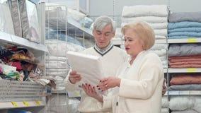 Compras mayores preciosas de los pares para las sábanas en la tienda de muebles metrajes