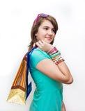 Compras. Muchacha adolescente que hace compras emocionada y preguntada. Fotografía de archivo
