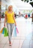 Compras Mulher loura com sacos de compras coloridos Fotografia de Stock
