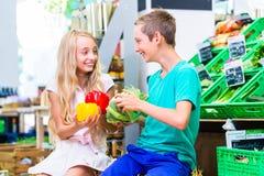Compras na mercearia das crianças na loja de canto Imagem de Stock Royalty Free