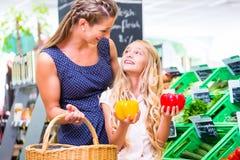 Compras na mercearia dos vegetais da família na loja de canto Imagem de Stock Royalty Free