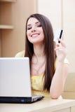 Compras ocasionales felices de la mujer en línea Fotos de archivo libres de regalías