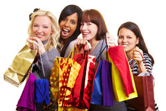 Compras que van de cuatro mujeres foto de archivo libre de regalías