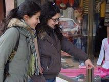 Compras que van de las muchachas Foto de archivo libre de regalías