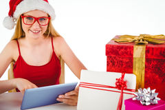 Compras rubias festivas en línea con PC de la tableta Imagen de archivo libre de regalías