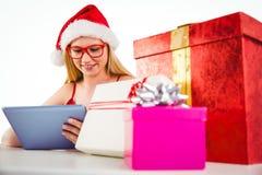 Compras rubias festivas en línea con PC de la tableta Fotos de archivo