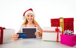 Compras rubias festivas en línea con PC de la tableta Fotografía de archivo