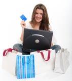 Compras triguenas jovenes en línea Imagen de archivo libre de regalías