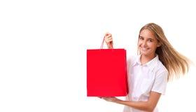 Compras, venta, la Navidad y chica joven día de fiesta-preciosa con el panier rojo, aislado Imagenes de archivo