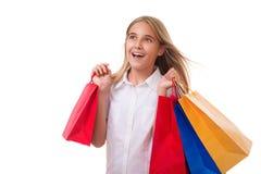 Compras, venta, la Navidad y muchacha día de fiesta-feliz con los panieres, aislados Imágenes de archivo libres de regalías