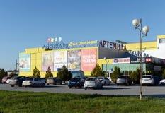 Compras y centro de entretenimiento en la ciudad de Volgodonsk Fotos de archivo