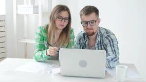 Compras y cuentas de la cuenta del marido y de la esposa para el último mes y registrar los resultados en su contabilidad casera  almacen de video