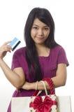 Compras y demostración que van de la muchacha de la tarjeta de crédito Foto de archivo