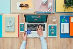 Compras y e-pagos en línea imágenes de archivo libres de regalías
