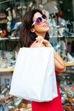 Compras y el caminar alegres de la mujer de la moda Imagenes de archivo