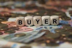 Compratore - cubo con le lettere, termini del settore dei soldi - segno con i cubi di legno Fotografia Stock Libera da Diritti