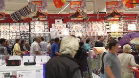 Compratori nel Carrefour di ipermercato Immagine Stock