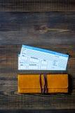 Compre boletos para el viaje Boletos en copyspace de madera de la opinión superior del fondo de la tabla Imagen de archivo