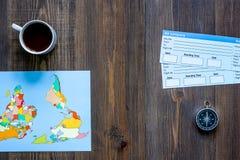 Compre boletos para el viaje Boletos y mapa del mundo en copyspace de madera de la opinión superior del fondo de la tabla Fotografía de archivo