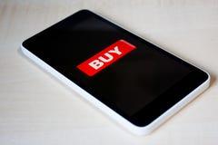 Compre el botón en una pantalla negra del teléfono fotos de archivo