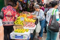 Compre frutas e legumes na manhã, o mercado de Hong Kong Foto de Stock Royalty Free