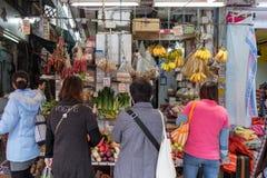 Compre frutas e legumes na manhã, o mercado de Hong Kong Imagens de Stock Royalty Free