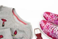 Compre mulheres elegantes as sapatilhas e as camisetas do ` s foto de stock