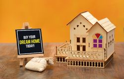 Compre sua bandeira ideal da casa hoje com a miniatura da casa 3D Imagens de Stock Royalty Free