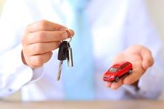 Compre um automobilístico vendendo um carro Imagens de Stock Royalty Free