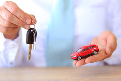 Compre um automobilístico vendendo um carro Imagem de Stock Royalty Free