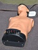 Compresiones del pecho del CPR simuladas para practicar foto de archivo