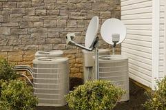 Compresiones y antenas parabólicas del aire acondicionado imagenes de archivo