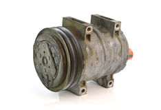 Compresor automotriz del aire acondicionado viejo en un fondo blanco Imágenes de archivo libres de regalías