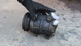 Compresor dañado del aire acondicionado del coche almacen de metraje de vídeo