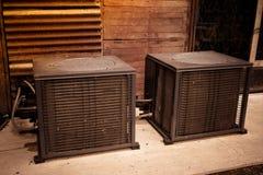 Compresor del acondicionador de aire de Asia instalado en fondo de madera con el espacio de la copia para el texto Fotografía de archivo libre de regalías